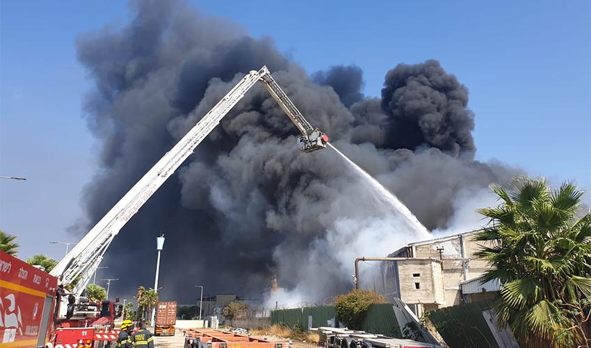 פעולות הכיבוי של השריפה במפעל שמן