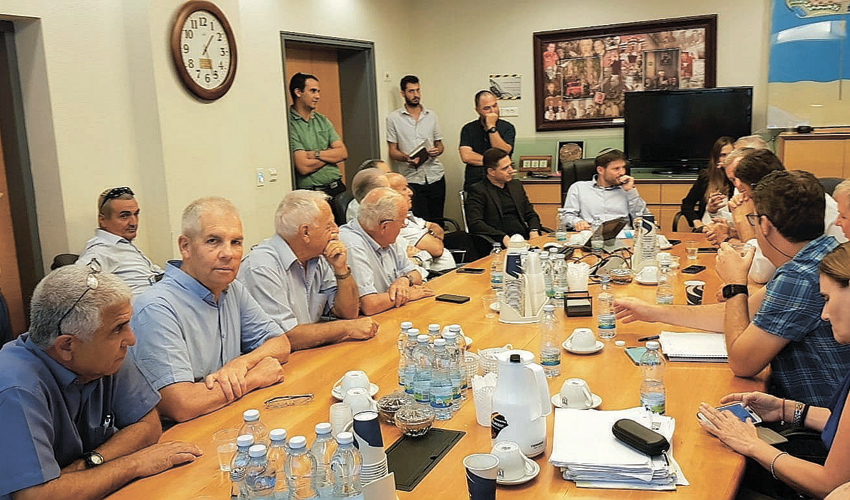 ראשי הרשויות המקומיות בפגישה עם שר התחבורה בצלאל סמוטריץ' (צילום: דוברות המועצה האזורית מגידו)