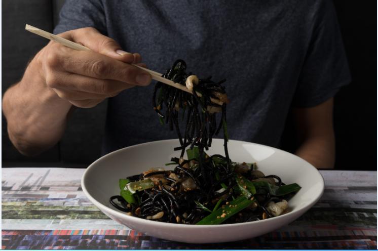 אטריות שחורות ופירות ים. צילום: יהונתן בן חיים