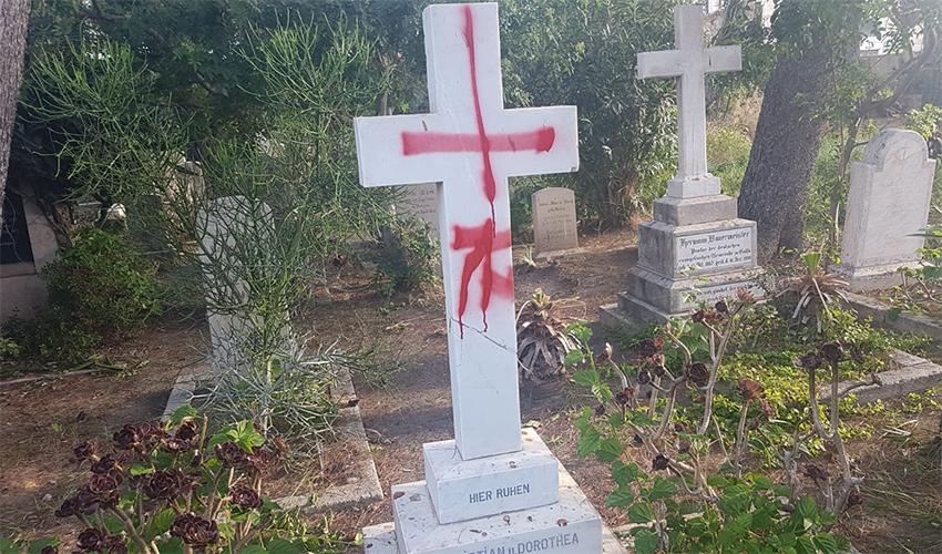קבר שהושחת בבית העלמין הבריטי (צילום: דוברות משטרת ישראל)
