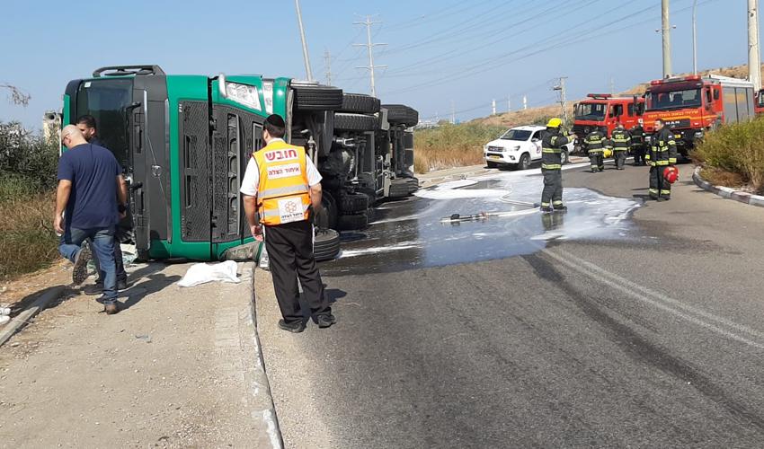 התהפכות משאית ברחוב טופז בחיפה (צילום: דוברות איחוד הצלה)