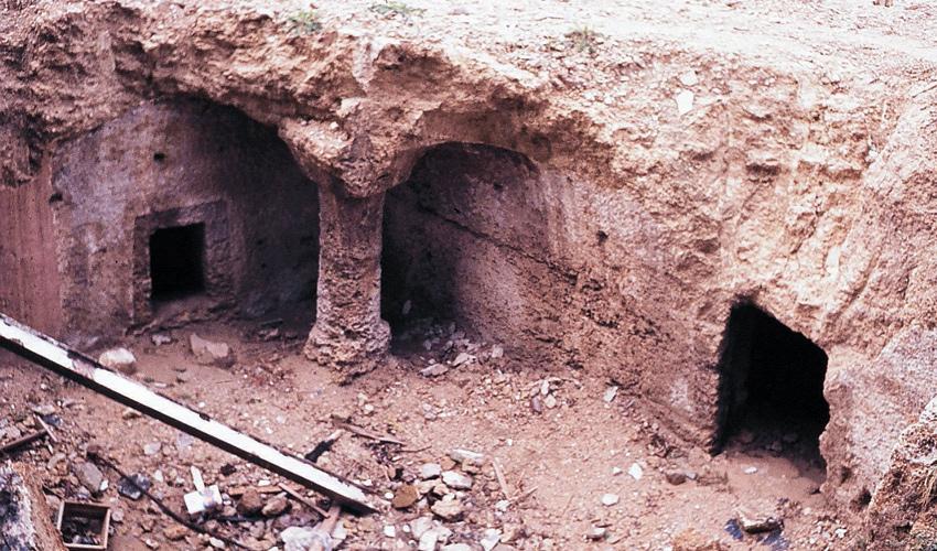 """מערת הקבר בשנות ה־70 לפני השיקום. מרובע עם כוכים מסביבו (צילום: ד""""ר צבי הר-שפר)"""