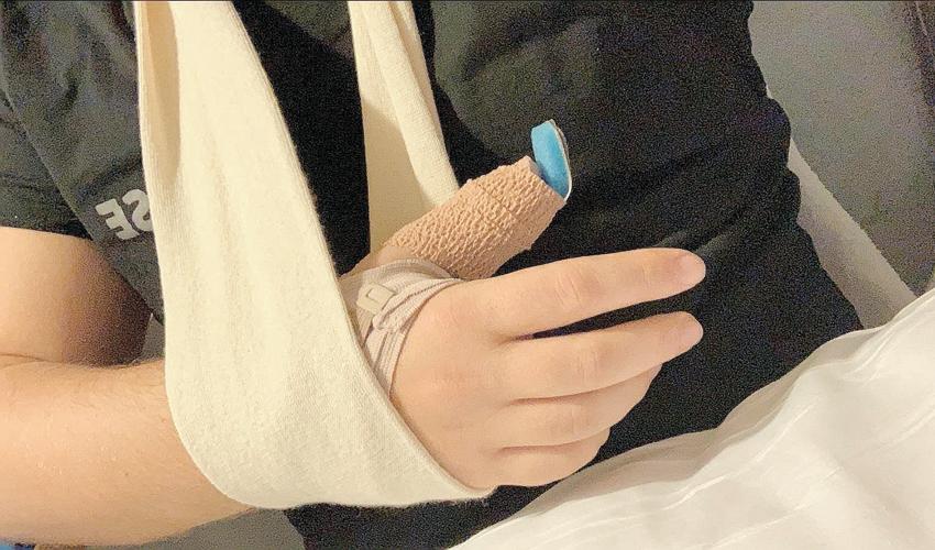 """היד השבורה של די.ג'יי דור גל. """"התהפכתי על הגב ושברתי את האגודל"""""""