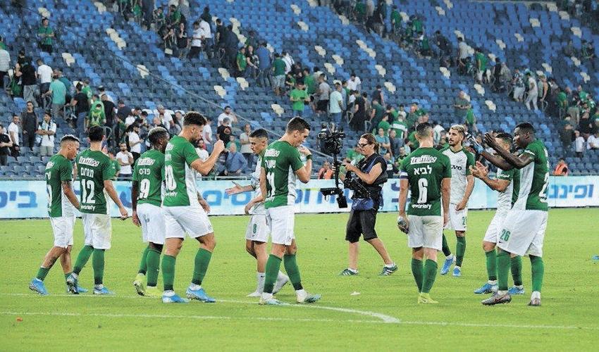 שחקני מכבי חיפה אחרי המשחק מול בני יהודה. מגיע להם מאמן על הקווים (צילום: צלמוס)