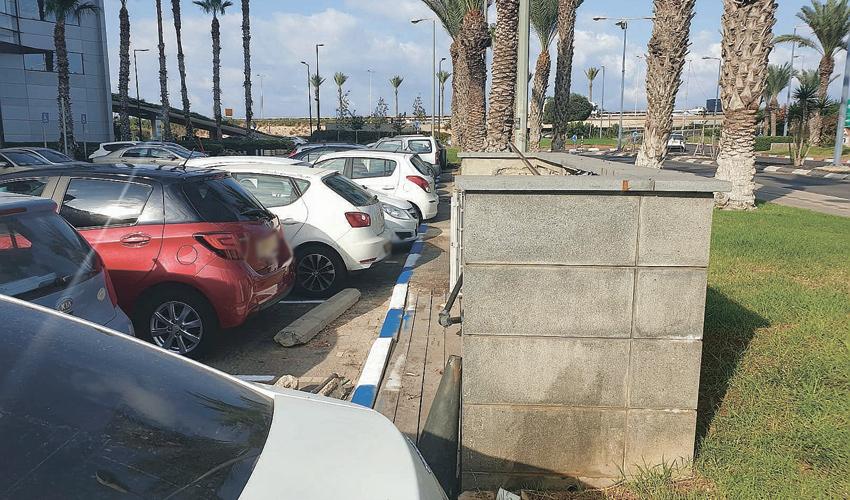 """אחד מהחניונים הסמוכים למת""""ם, הבוקר (צילום: בועז כהן)"""