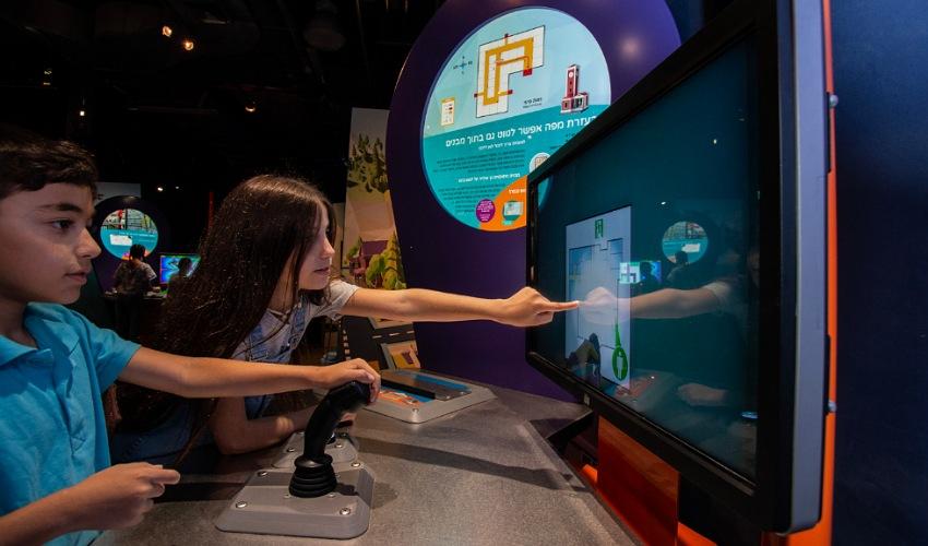"""ילדים בתערוכה """"Map it"""" (צילום: איל אמיר)"""