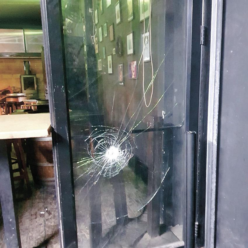 """החלון המנופץ של הספרייה. """"כל הלילה צפצפה לי האזעקה"""" (צילום: גיא רותם)"""