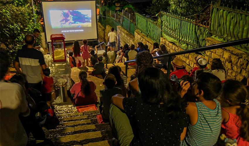 """אירוע במסגרת מיזם """"קולנוע המדרגות"""" (צילום מתוך דף הפייסבוק של עיריית חיפה)"""