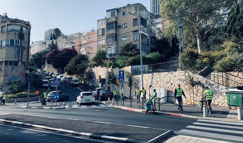 """צוות עירוני בפעילות """"אצלנו בשכונה"""" בהדר עליון (צילום: דוברות עיריית חיפה)"""