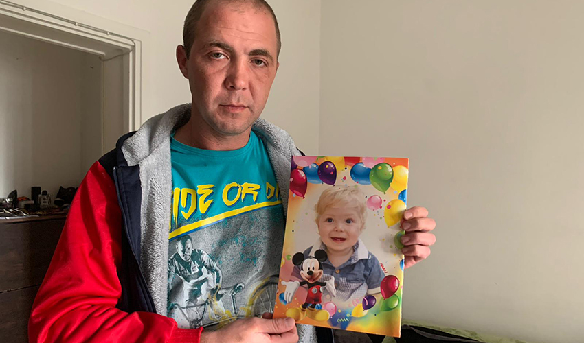 """סרגיי בוגרוב עם תמונתו של בנו אריה ז""""ל"""