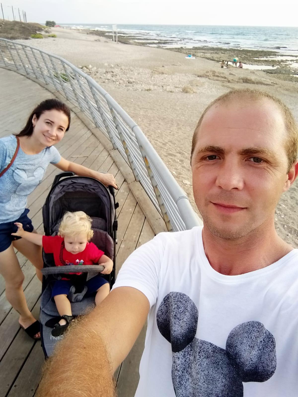 """אריה בוגרוב ז""""ל עם הוריו סרגיי ונטליה"""