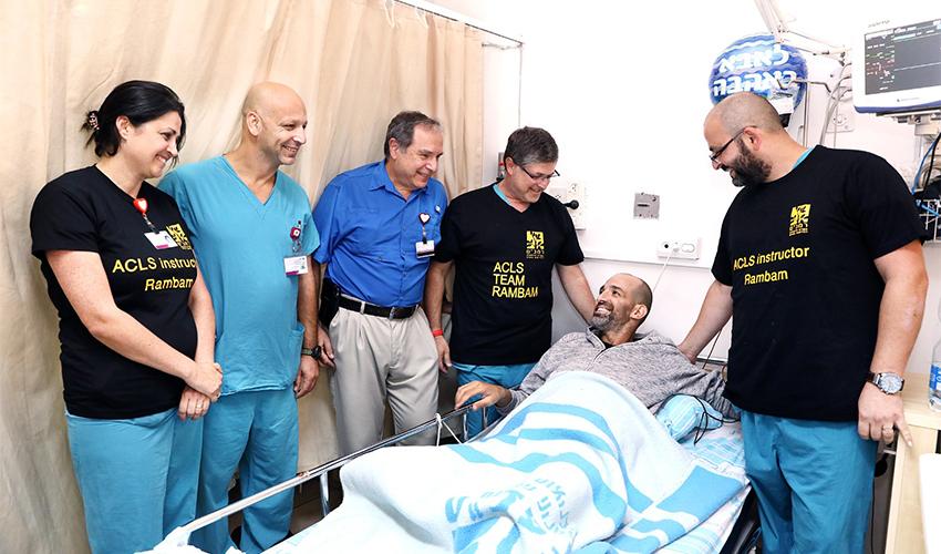 """משה חיים בן ישי עם הצוות של המרכז הרפואי רמב""""ם (צילום: פיוטר פליטר)"""