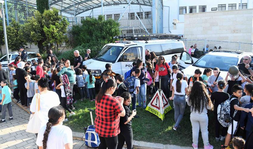 תלמידים בהדרכת בטיחות בדרכים (צילום: ראובן כהן)