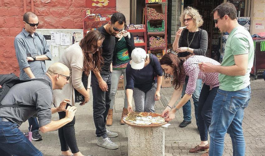"""סיור קולינרי של יעל אברהמי ושרון שטיינבוק. """"מפעמיים בחודש אנחנו עושים כבר כמה סיורים בשבוע"""" (צילום מתוך דף הפייסבוק Haifa shuk & cook)"""