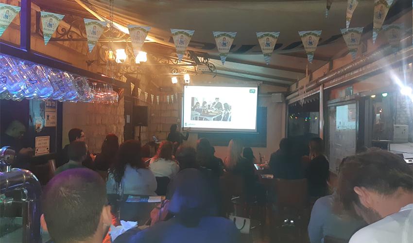ההרצאה של נעמה כפרי בפאב הבארקי (צילום: אלה אהרונוב)