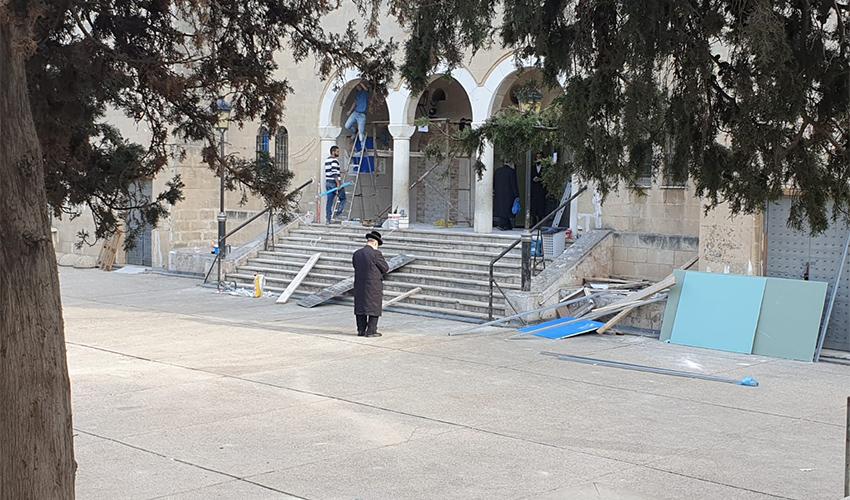 עבודות השיפוץ בחלקו העליון של בית הכנסת הגדול (צילום: בועז כהן)