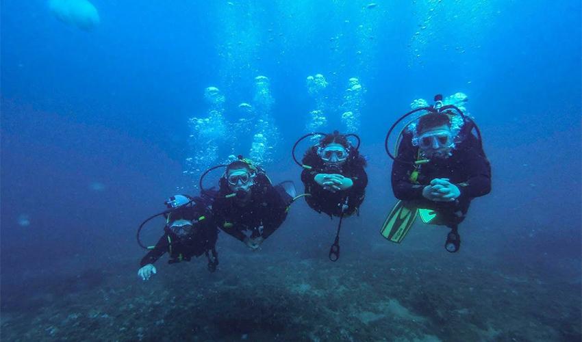 תלמידי בית הספר לקציני ים בשיעור צלילה