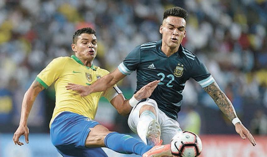 טיאגו סילבה הברזילאי ולאורנטו מרטינז הארגנטינאי במשחק בין שתי הנבחרות בערב הסעודית. נראה אותו בחיפה? (צילום: AP)