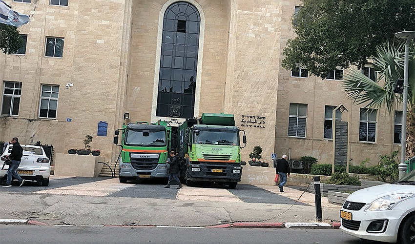 משאיות לפינוי אשפה חוסמות את הכניסה לבניין העירייה