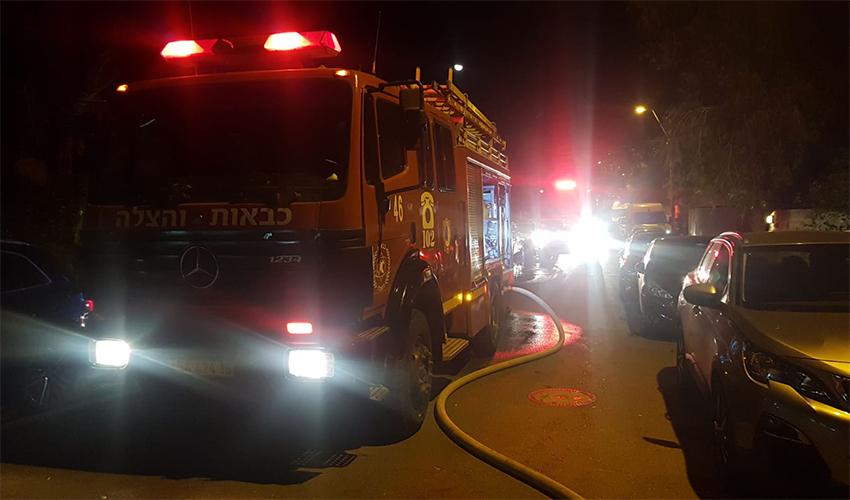 שריפת חורש בשכונת דניה (צילום: דוברות כיבוי והצלה במחוז חוף)