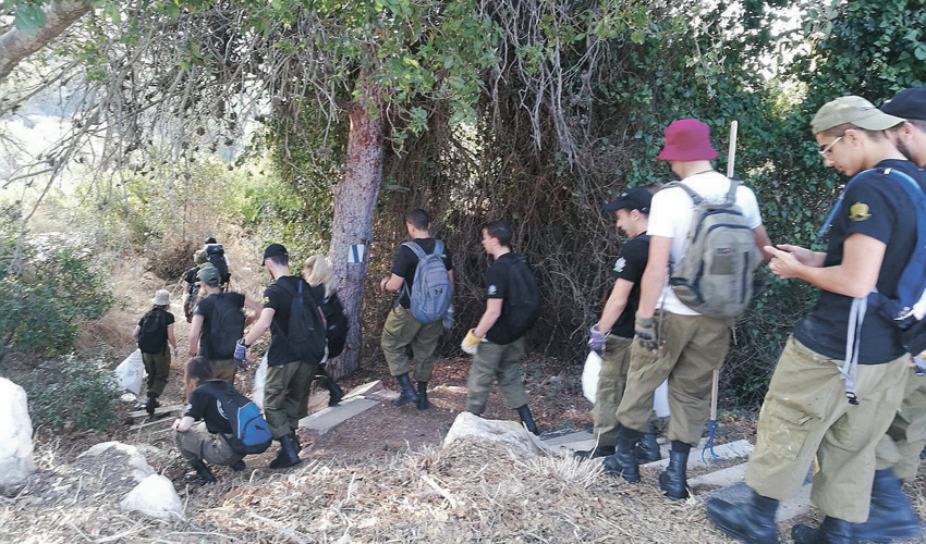 שוחרי הפנימייה הצבאית מנקים את ואדיות חיפה (צילום: אוהד שוורץ)