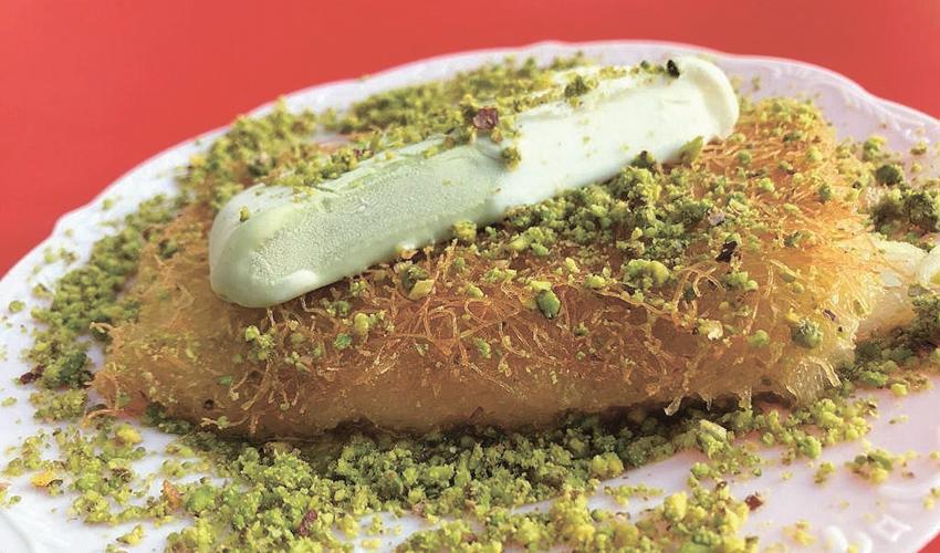 """הכנאפה עם הגלידה הטורקית. """"אין אצלנו צבעי מאכל"""" (צילום: באסל אבו דריס)"""