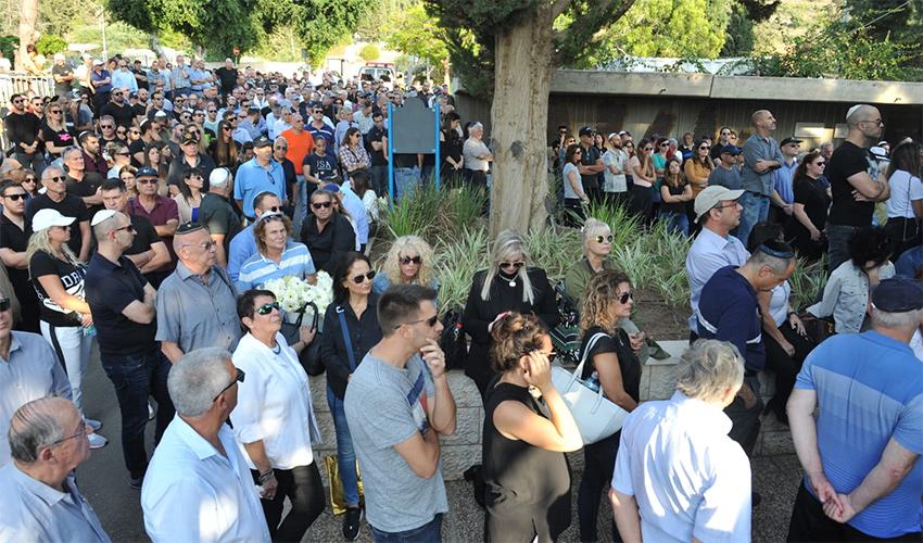 אלפים מלווים את דני נישליס למנוחות (צילום: רמי שלוש)