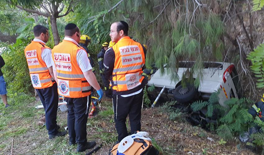צוות של איחוד הצלה בזירת התאונה (צילום: דוברות איחוד הצלה)