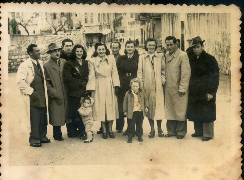 תושבי שכונת ואדי סליב שעלו מרומניה, רחוב שיבת ציון, שכונת ואדי סליב, חיפה, שנות החמישים. באדיבות יהודית מלר. צלם לא ידוע