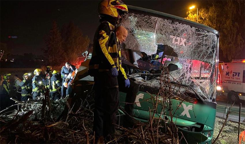"""האוטובוס בקו 947 שנפגע בתאונה בצומת בדק (צילום: תיעוד מבצעי מד""""א)"""