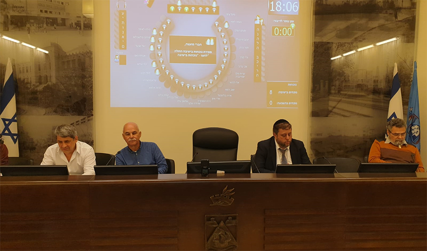 הכיסא הריק של עינת קליש רותם בישיבת מועצת העיר (צילום: בועז כהן)