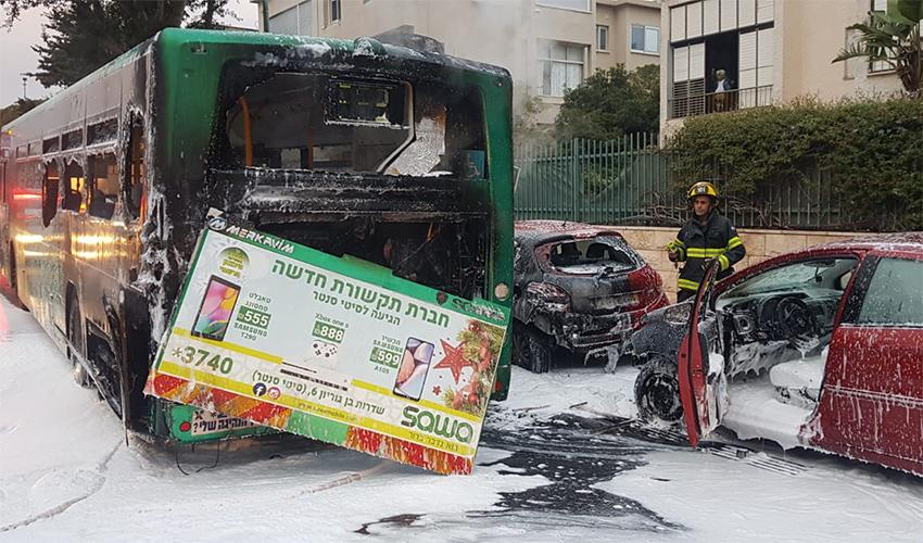 שריפת האוטובוס במוריה (צילום: דוברות שירותי הכבאות)