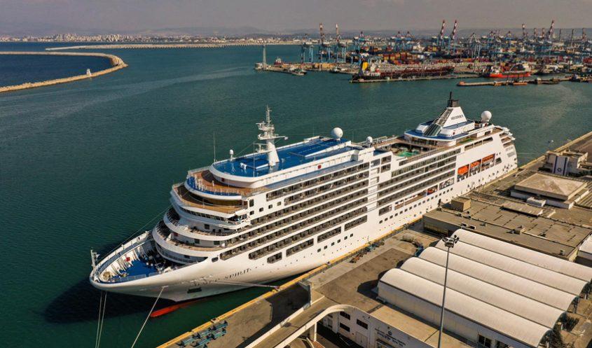 אונייה עמוסה תיירים בנמל חיפה (צילום: ארז סימון, גיאודרונס)
