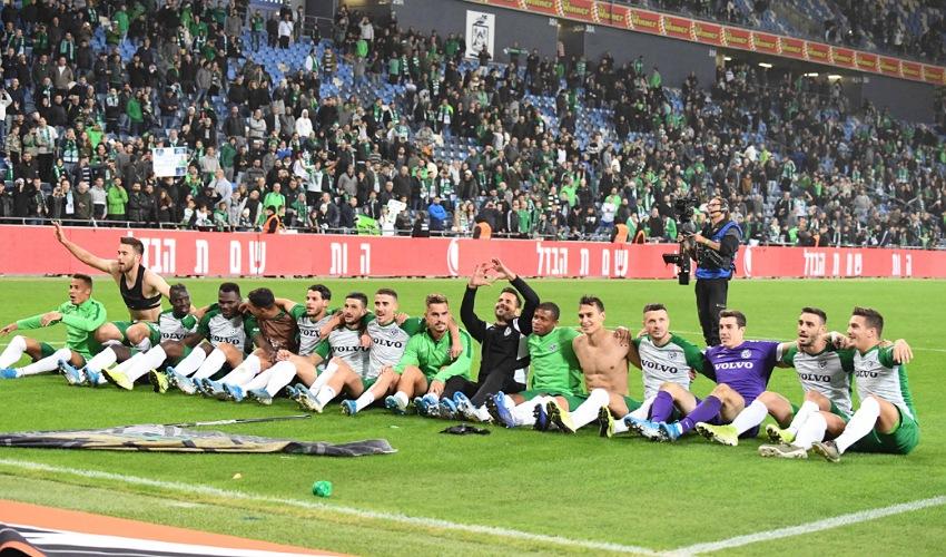שחקני מכבי חיפה חוגגים את הניצחון בדרבי. יחידה אחת (צילום: צלמוס)