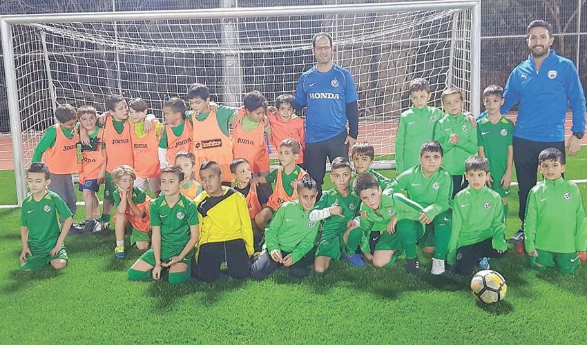 חניכי בית הספר לכדורגל בגלבוע עם המאמנים יובל שטרית ודקל עיני. יש פוטנציאל? (צילום: דוברות המועצה האזורית גלבוע)