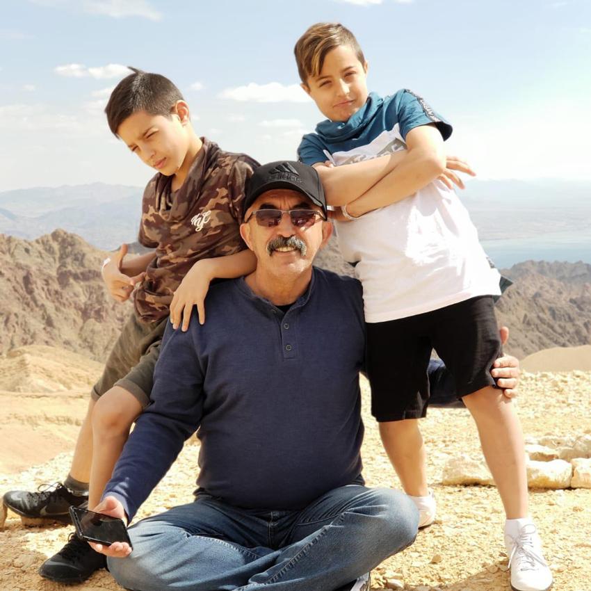 """אייל עילו עם אחיו רזי, תלמיד כיתה ה' באהוד, ועם סבם תנ""""צ ג'יהאד קבלאן, לשעבר מפקד מג""""ב ירושלים"""