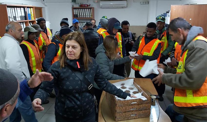 נשות ארגון טנג'נט קריות עם עובדי התברואה של עיריית חיפה