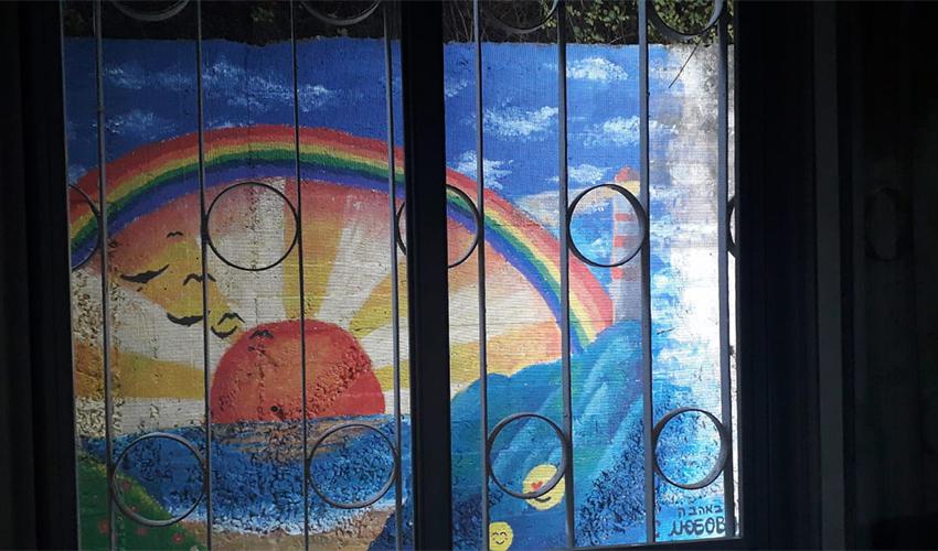 הציור שנשקף מחלונה של תמרה ביכובסקי (צילום: תיה דולינסקי)