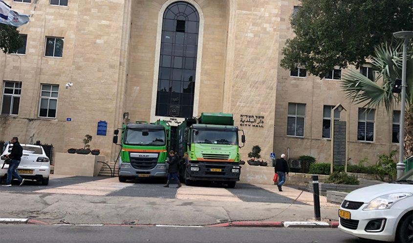 משאיות לפינוי אשפה חוסמות את הכניסה לבניין עיריית חיפה בשביתה הקודמת