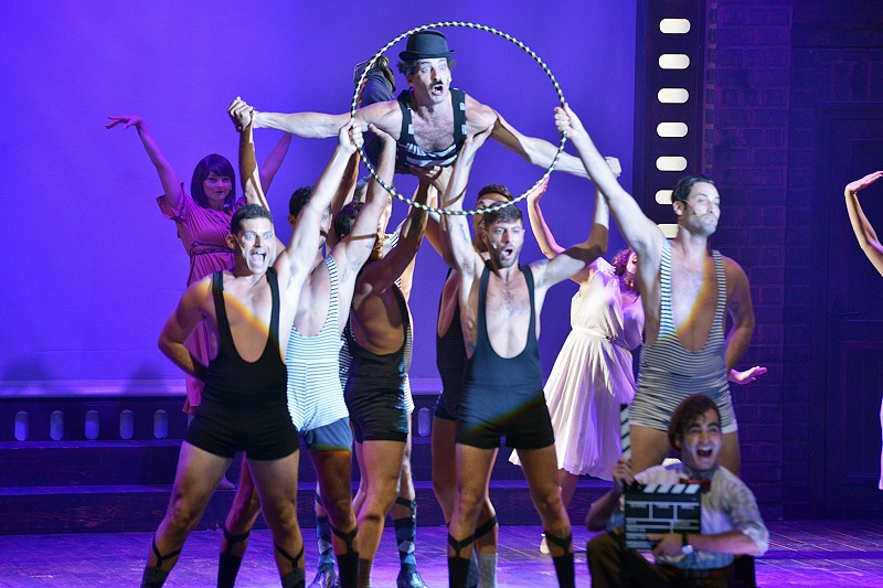 """המחזמר """"צ'פלין"""": אמן אמיתי הוא כמו ספר פתוח. צילום: יואב איתיאל"""