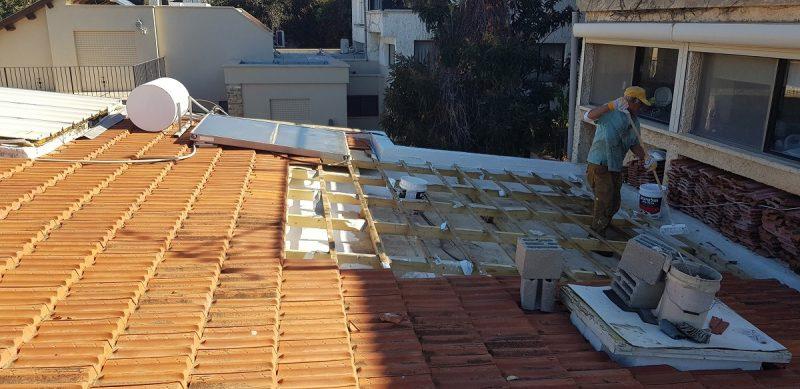 איטום גגות בחיפה: כל מה חשוב לדעת בעונת החורף. בתמונה - איטום יסוי מתחת לרעפים. צילום: מר ששון
