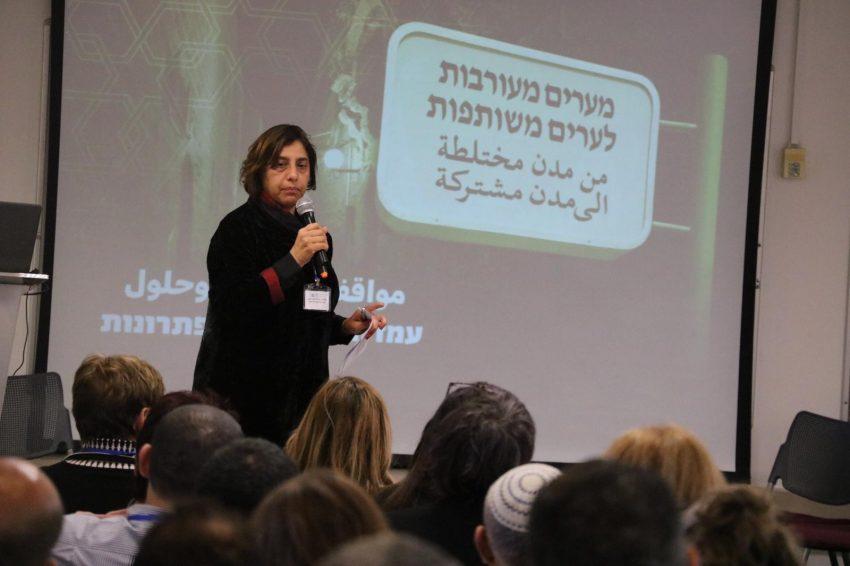 שהירה שלבי בכנס ערים משותפות בעכו (צילום: ארגון יוזמות אברהם)