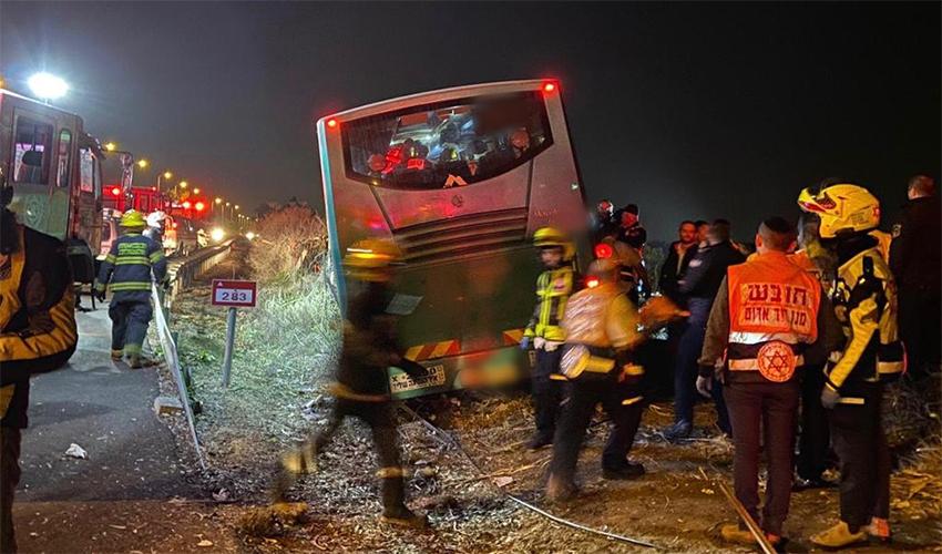 """האוטובוס בתאונה הקשה בצומת בדק (צילום: תיעוד מבצעי מד""""א)"""