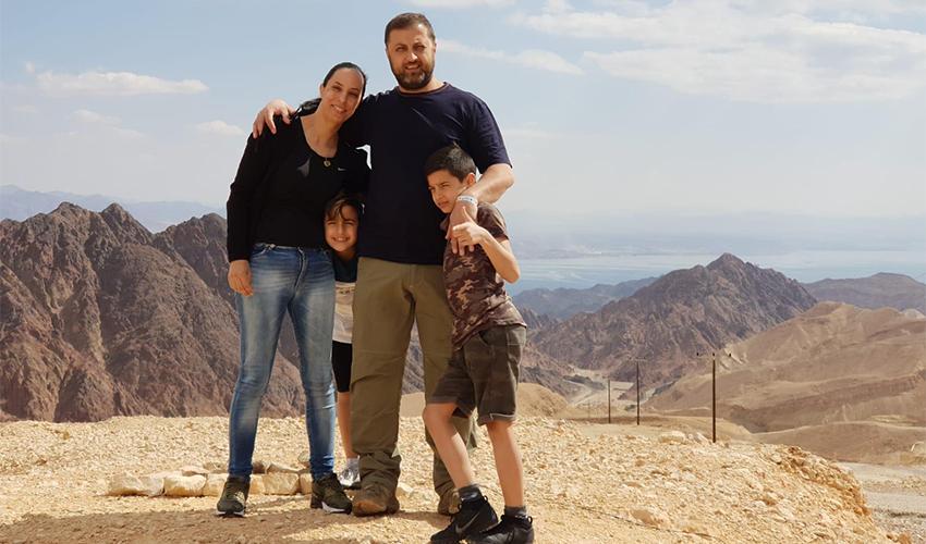חנאן עילו, בעלה עימאד, קצין משטרה, וילדיהם אייל ורזי