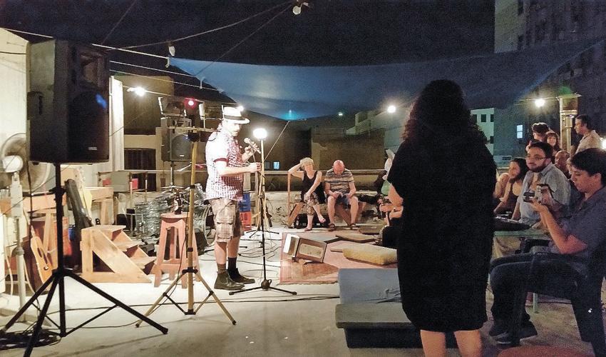 שחר סיון על גג הסטודיו (צילום: שי אילן)