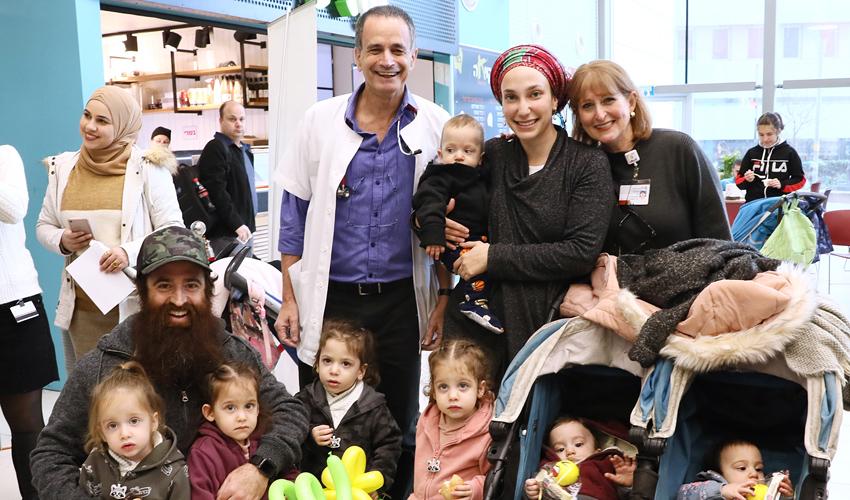 """פרופ' אמיר קוגלמן והאחות אירי שטיין עם משפחת חכם, שלה נולדה רביעייה ששלושה מהם טופלו בפגייה (צילום: פיוטר פליטר, דוברות הקריה הרפואית רמב""""ם)"""