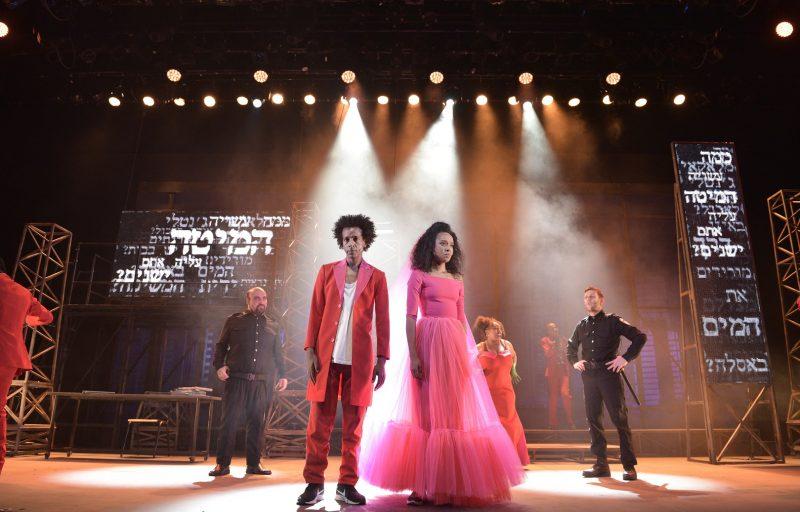 """ההצגה """"ג'נטלי"""" בתיאטרון חיפה: ביקורת חברתית כמו אגרוף לבטן. צילום: יוסי צבקר"""