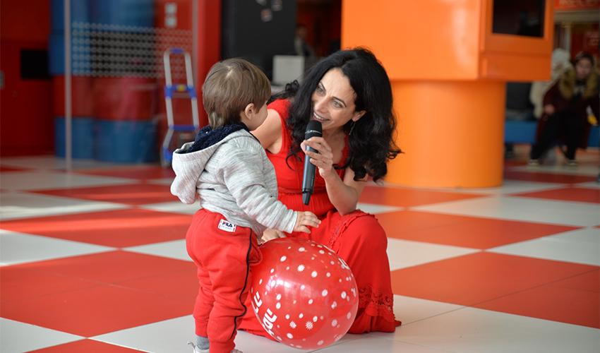 שרון אלימלך משמחת ילד בבית החולים רות רפפורט לילדים (צילום: עידן עידו)