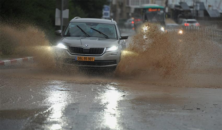 רכב נוסע בסערה בחיפה (צילום: רמי שלוש)