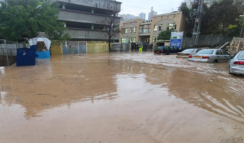 מגרש חניה מוצף בחיפה (צילום: דוברות איחוד הצלה)